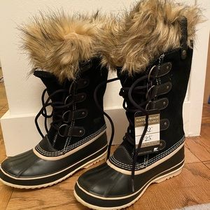 Joan is Arctic Sorel black snow boots w faux fur